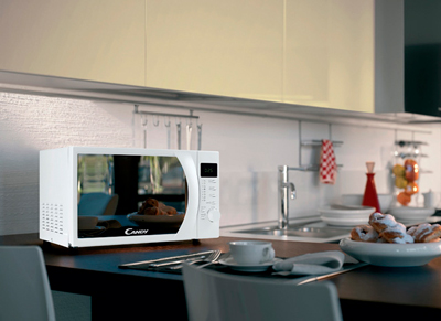 Microondas Candy CMW2070DW en la cocina