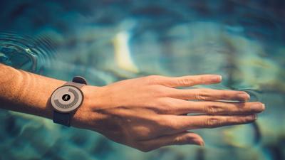 La pulsera de actividad Withings Go es resistente al agua y sumergible a 50 metros
