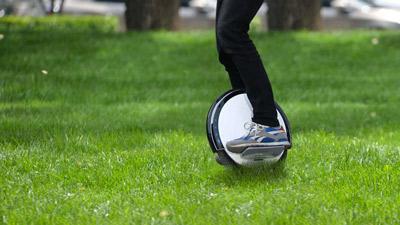 El monociclo eléctrico Ninebot One S2 se puede usar sobre suelo no uniforme