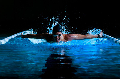 Reloj deportivo Garmin Swim en uso