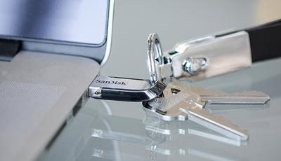 Pendrive SanDisk Ultra Flair de 128GB y tamaño compacto con anilla para llevarlo en el llavero.